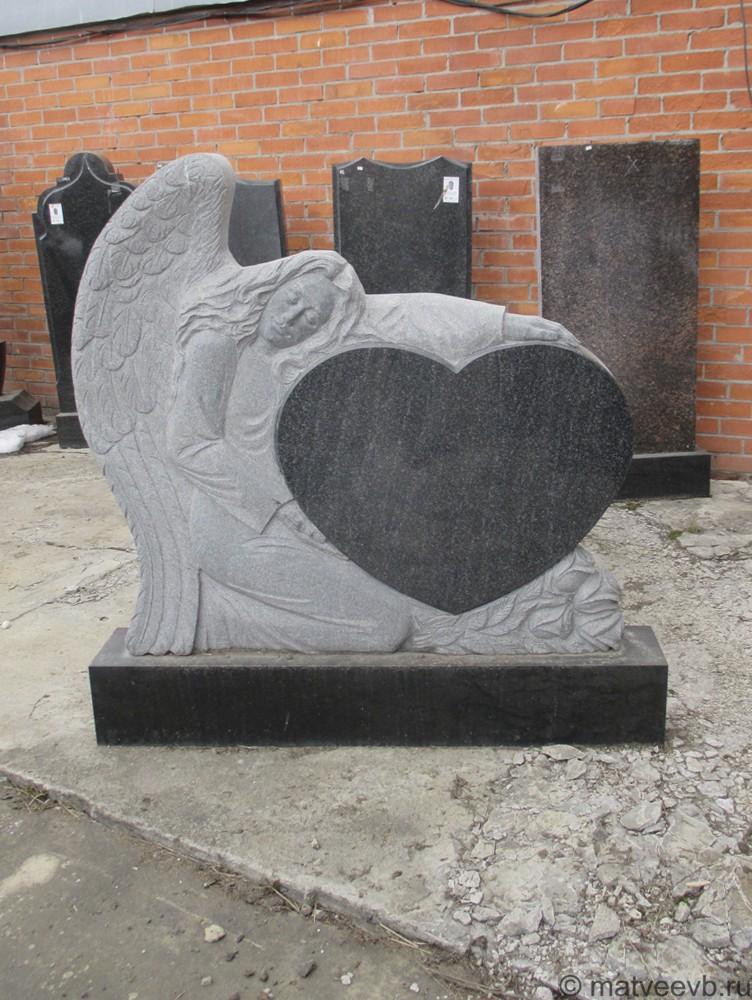Памятник ангел c сердцеv