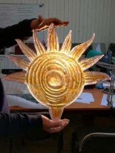 Рельеф солнца из цветного стекла